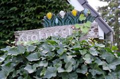 Straßenschild Krokusstieg - Holzschild geschnitzt in der Gartenstadt von Hamburg Alsterdorf.
