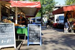 Markstände in der Grelckstraße von Hamburg Lokstedt - Wochenmarkt.