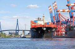 Waltershofer Hafen im Hamburger Hafenstadtteil Waltershof - das Containerschiff SCI Mumbai legt am Eurokai ab - im Hintergrund die Köhlbrandbrücke.