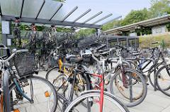 Bike & ride Station am Bahnhof von Hamburg Ohlstedt; Parkplatz für Fahrräder - auch Schließfächer und Doppelstockparkanlage.