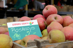 Marktstand mit Obst und Gemüse auf dem Wochenmarkt Grundstraße in Hamburg Eimsbüttel; Holzkisten mit Boskoopäpfeln, eigene Ernte.