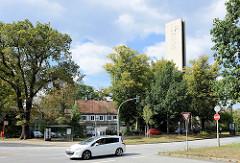 Blick über die Alsterdorfer Straße zu denkmalgeschützten Martin Luther Kirche in der Bebelallee. Die Kirche wurde  1963 fertig gestellt - Architekt  Henry Schlote.