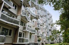 Wohnblock mit Balkons an der Straße Bornheide im Hamburger Stadtteil Lurup an der Grenze zu Hamburg Osdorf.
