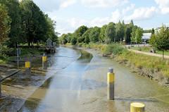 Die Krückau in Elmshorn bei Niedrigwasser / Ebbe;  nur ein schmales Rinnsal zeigt die Fahrrinne an.