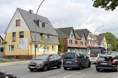 Wohnhäuser / Geschäftshäuser an der Stadtbahnstraße in Hamburg Sasel; Straßenverkehr.