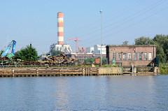 Hafenanlagen mit Backsteingebäude an der Westoder in Stettin - im Hintergrund ein Kraftwerksturm.