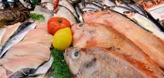 Wochenmarkt in Hamburg Langenhorn / Schmuggelstieg; Marktstand mit frischen Fischen.