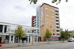 Geschäfte und Hochhaus  an der Luruper Hauptstraße / Eckhoffplatz im Hamburger Stadtteil Lurup.