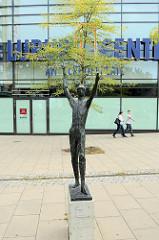 Bronzeskulptur am Eckhoffplatz  im Hamburger Stadtteil Lurup; Kunst am Bau - Reifenspieler / Hendrik Bölig, 1966.