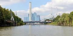Blick durch den Moorfleeter Kanal zur Andreas-Meyer-Brücke und dem Kraftwerk Tiefstack in Hamburg Billbrook.