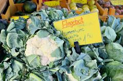 Wochenmarkt in Hamburg Langenhorn / Schmuggelstieg; Marktstand mit Obst und Gemüse - im Vordergrund frischer Blumenkohl.
