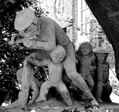 Plastik Rattenfänger von Hameln in der Straße Fiefstücken in Hamburg Winterhude; Bildhauer Richard Kuöhl, um 1930.