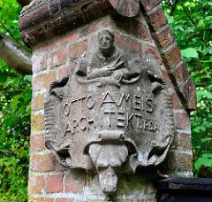 Toreinfahrt vom Einfamilienhaus - Baustil Heimatstil im Schleusenredder von Hamburg Wohldorf-Ohlstedt; erbaut 1907 - Keramikplakette Architekt Otto Ameis