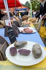 kInfostand über unterschiedliche Kartoffelsorten auf dem Kartoffelmarkt Gut Wulksfelde.