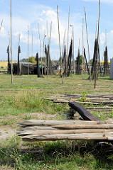 Im Fischereihafen  von Ziegenort /  Trzebież  sind Fischernetze zum Trocknen aufgehängt.