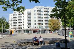 Norbert Schmid Platz in Hamburg Hummelsbüttel - der Platz wurde nach einem Hamburger Polizeibeamten  benannt , der 1971 bei einem Schusswechsel mit Mitgliedern der Roten Armee Fraktion  erschossen wurde.