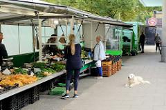 Marktstände auf dem Wochenmarkt an der Borsteler Chaussee im Hamburger Stadtteil Groß Borstel.