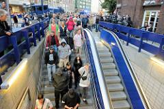 """Am Ende der rechtsgerichteten Veranstaltung """"Merkel muss weg"""" gehen die TeilnehmerInnen geschlossen zur U-Bahnstation Gänsemarkt und werden in einem Sonderzug abtransportiert."""