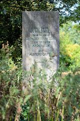 Denkmal an die Toten im ersten Weltkrieg an der Alsterdorfer Straße in Hamburg Alsterdorf - Vorderseite Inschrift Unseren im Weltkrieg  1914 - 1918 gefallenen Helden treuen Andenken - die Alsterdorfer.