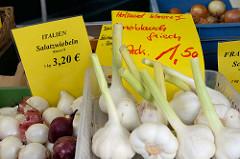 Frischer Knoblauch und Salatzwiebeln   auf dem Wochenmarkt Tibarg im Hamburger Stadtteil Niendorf.