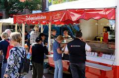 Imbissstand mit Rossspezialitäten auf dem Wochenmarkt in Hamburg Eidelstedt.