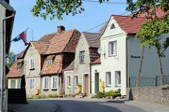 Wohnhäuser an der Hauptstraße von Ziegenort /  Trzebież.