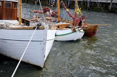 Schiffsbug von historischen Holzbooten / Ewern am Sandtorkai vom Traditionsschiffhafen / Sandtorhafen zum Elbefest in der Hamburger Hafencity.