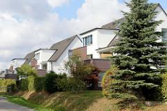 Moderne Architektur - Mehrfamilienhäuser im Hamburger Stadtteil Duvenstedt.