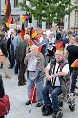 """Veranstaltungsort Gänsemarkt in der Hamburger Innenstadt für die von Rechtsextremen organisierte Veranstaltung """"Merkel muss weg""""; ca. 180 TeilnehmerInnen hörten den Reden zu."""