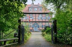 Gutshaus / Herrenhaus - zweigeschossiges Fachwerkgebäude von 1820 in der Herrenhausallee im Hamburger Stadtteil Wohldorf-Ohlstedt.