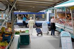 Marktstände auf dem   Wochenmarkt im Hamburger Stadtteil Lurup / Eckhoffplatz.