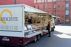 Wochenmarkt am Wiesendamm, Verkaufswagen für Käse und Milchprodukten in Hamburg Barmbek.