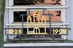 Hamburg Wappen und Jahreszahlen an der Fassade der Schule Wendenstraße in Hamburg Hammerbrook.