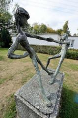 Kunst am Bau - Bronzeskulptur spielende Kinder in Hamburg Lurup; Künstlerin Vilma Lehrmann-Amschler, 1968.