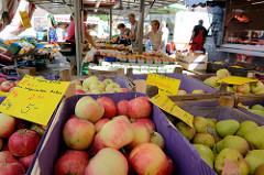 Wochenmarkt in Hamburg  Wellingsbüttel, Marktstand mit Obst und Gemüse - Kisten mit Äpfeln aus integriertem Anbau.