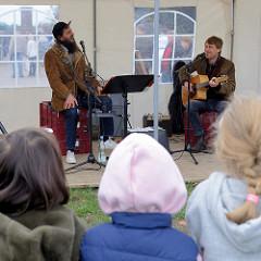 Musikzelt auf dem Kartoffelmarkt vom Gut Wulksfelde.