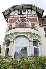 Zweifamilienhaus in der Borsteler Chaussee im Hamburger Stadtteil Groß Borstel; Jugendstilvilla erbaut um 1905 - Fachwerkgiebel und farbige florale Stuckelemente. Das Wohnhaus steht auf der Liste der Kulturdenkmäler Hamburgs.