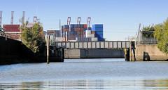 Blick in den Querkanal zur Worthdammbrücke in Hamburg Steinwerder - im Hintergrund der Reiherstieg und ein Containerlager.