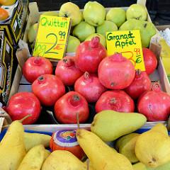 Granatäpfel, Quitten und Birnen  werden an einem Marktstand   auf dem Wochenmarkt Tibarg im Hamburger Stadtteil Niendorf angeboten.
