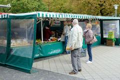 Marktstände auf dem Wochenmarkt Strassburger Platz in Hamburg Dulsberg.