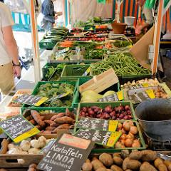 Blick auf einen Gemüsestand auf dem Winterhuder Marktplatz im Hamburger Stadtteil Winterhude.