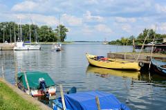 Blick vom Fischereihafen auf den Yachthafen und dessen Einfahrt  Einfahrt von der Oder nach Ziegenort / Trzebież.