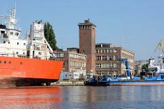 Hafen von Stettin, Verwaltungsgebäude mit Backstein-Uhrenturm, Fracht- und Arbeitsschiffe.