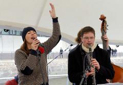 Elbfest in der Hamburger Hafencity am Traditionsschiffhafen / Sandtorhafen; Oublie Loulou tritt mit französischen Chansons auf.