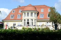 """Gebäude vom Kupferhof in Hamburg Wohldorf-Ohlstedt; genutzt vom Förderverein """"Hände für Kinder e.V."""