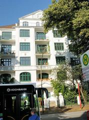 Bushaltestelle an der Sierichstraße im Hamburger Stadtteil Winterhude - mehrstöckiges Gründerzeitgebäude / Wohnhaus.