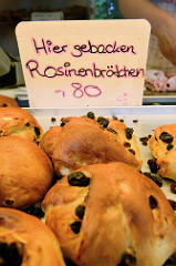 Marktstand in Hamburg Langenhorn / Schmuggelstieg; Stand mit frisch gebackenen Rosinenbrötchen.
