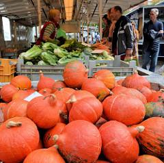 Wochenmarkt im Hamburger Stadtteil Neustadt - Marktstand mit Gemüse und Kürbissen auf dem Großneumarkt.