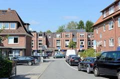 Blick durch die Rehmkoppel zzu den modernen Wohn- und Geschäftshäusern Wellingsbüttler Weg im Hamburger Stadtteil Wellingsbüttel.