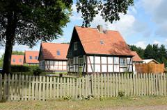 Einzelhäuser / Landarbeiterhäuser an der Herrenhausallee im Hamburger Stadtteil Wohldorf-Ohlstedt; Fachwerk mit Holzgiebel.